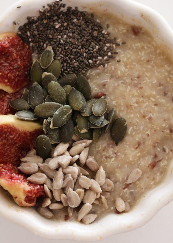 Πρωινό: Χυλός από κινόα με λιναρόσπορο, ξηρούς καρπούς και φρούτα.